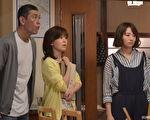 木村文乃((右)在剧中饰演龟梨和也的真命天女,左起为饰演其父母的本哲太及石野真子。(纬来日本台提供)