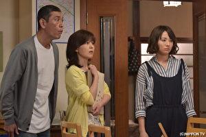 木村文乃((右)在劇中飾演龜梨和也的真命天女,左起為飾演其父母的本哲太及石野真子。(緯來日本台提供)