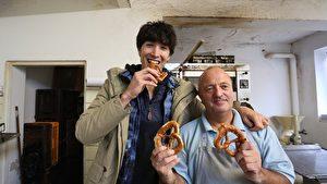 錦榮製作道地德國蝴蝶麵包。(華視提供)