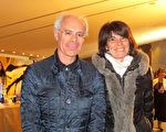 Corine Lara女士和男朋友Loric Bouchet也观看了神韵世界艺术团今年在法国南特的第一场演出。(麦蕾/大纪元)
