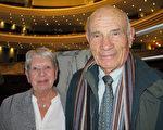 Michel Laudereau和太太Colette Laudereau一再感谢神韵带来的美好。(文华/大纪元)