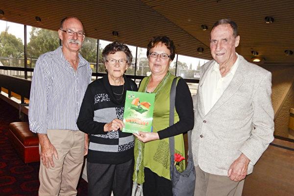 建造公司老板Kym Williams先生和妻子、母亲及朋友自300多公里以外赶来阿德莱德观看神韵。(从从左至右:Kym Williams,Kym的母亲Livera Williams,妻子Marion Williams及朋友Garth)(刘珍/大纪元)