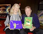2017年4月29日下午,在澳洲阿德莱德节日剧院(Adelaide Festival Centre),装潢公司总经理Robert Daviess和妻子Pat Daviess一起观看了神韵纽约艺术团的演出。(刘珍/大纪元)