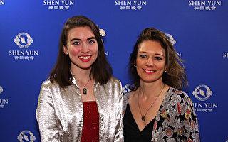 画家Amaliea Brown于4月28日晚在多萝西·钱德勒剧院观看了神韵国际艺术团的演出。(新唐人电视台)