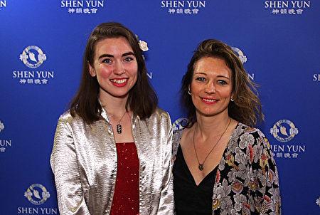 畫家Amaliea Brown於4月28日晚在多蘿西·錢德勒劇院觀看了神韻國際藝術團的演出。(新唐人電視台)