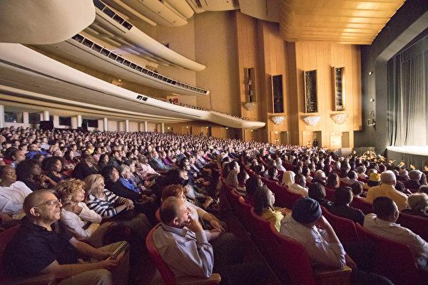 4月28日晚,神韻國際藝術團抵達大洛杉磯地區的最後一站——洛杉磯音樂中心多蘿西‧錢德勒劇院(Dorothy Chandler Pavillion),在這裡的首場演出提前售罄,全場爆滿、名流薈萃、一票難求。(季媛/大紀元)