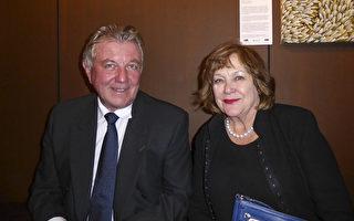 2017年4月29日晚,公司老板James Tate和夫人Judith Bradsen在澳洲阿德莱德节日剧院(Adelaide Festival Centre)观看了神韵纽约艺术团的精彩演出。(史迪/大纪元)