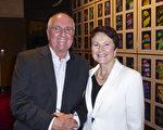 2017年4月29日晚,在澳洲阿德莱德节日剧院(Adelaide Festival Centre)。退休教师Peter Sando(左)和妻子银行前台客服Eileen Sando(右)一起观看了神韵纽约艺术团演出。(史迪/大纪元)