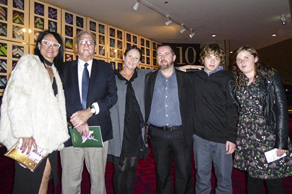 2017年4月29日晚在阿德莱德节日剧院观看神韵演出的一家人:Tony Banytis(左二)与女儿Alison Wickstein(左一)、女儿Elizabeth Banytis (左三)、女婿Lee Brooke(左四)、外孙及外孙女。(史迪/大纪元)