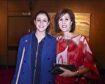 政府部门商务经理Julie Evans(右)携同女儿Tahlia Evans(左)观看神韵演出。(纪芸/大纪元)