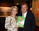 4月29日晚,在阿德莱德节日剧院(Adelaide Festival Centre),信贷公司老板Zlacko Saric 和Vesna Saric夫妇观赏了神韵演出。(刘珍/大纪元)