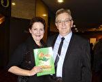 2017年4月29日晚,在澳洲阿德莱德节日剧院(Adelaide Festival Centre),企业高级销售Rick Williams先生和他的太太、服装设计师Anne Williams一起观看了神韵纽约艺术团的演出。(刘珍/大纪元)