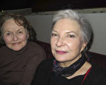 Bernadette David(右)和Marie Louise連聲讚歎神韻太棒了、太棒了!(文華/大紀元)
