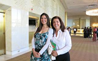 4月29日下午,律師兼作家Guitta Karubian(右)和女兒Laela Ellison觀看了神韻國際藝術團在著名的洛杉磯音樂中心多蘿西‧錢德勒劇院的演出。(李旭生/大紀元)
