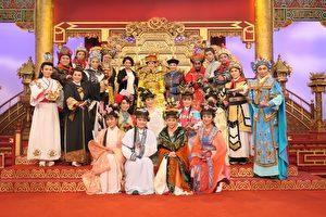 陈亚兰带领20位新秀向杨丽花行三跪拜师的跪拜大礼。图为全体合影。(宝丽来国际娱乐提供)