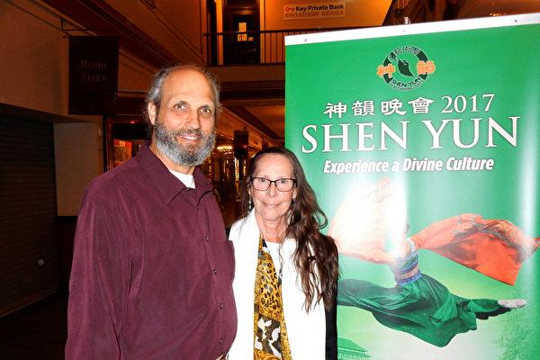 前舞蹈演员Catherine Goodman 和丈夫Barry Goodman 医生,4月29日从纽约长岛专门驱车3个多小时,来到纽约首府奥本尼市观看神韵演出,赞扬神韵演员出类拔萃。 (卫泳/大纪元)
