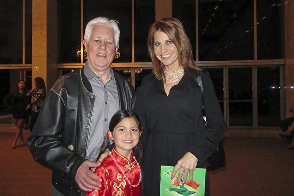 4月29日晚,Jim Brooks律师携好友Sarah Long和她女儿Mimi一起观看了美国神韵国际艺术团在洛杉矶音乐中心多萝西·钱德勒剧院的第三场演出。(李清怡/大纪元)