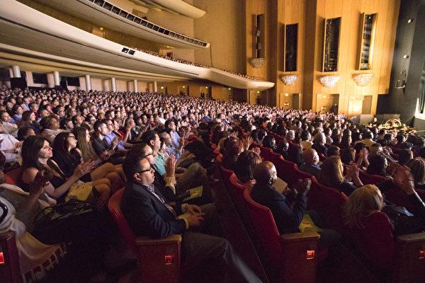 4月29日晚,神韵国际艺术团抵达大洛杉矶地区的最后一站——洛杉矶音乐中心多萝西‧钱德勒剧院(Dorothy Chandler Pavilion)全场爆满,明星云集、一票难求。(季媛/大纪元)