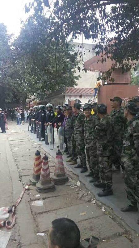 刘永贵4月3日到太伏镇拍到的满街警察。(受访者提供)