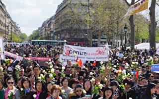 前來聲援悼念劉少堯先生的人群靜靜地聚集在共和國廣場。(金湖/大紀元)