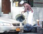 垃圾公司说明,商家在4点50分拿垃圾到路边就不会被罚款。 (奥利弗/大纪元)