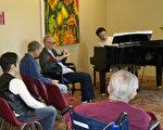 鋼琴家葉錦東為耆老演奏,其左為藝術家李甘。(廖述祥/大紀元)