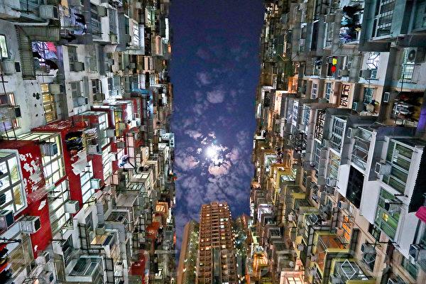 """位于香港鲗鱼涌的""""怪兽大厦"""",曾被《变形金刚》和《攻壳机动队》等好莱坞影片取景拍摄。(余钢/大纪元)"""