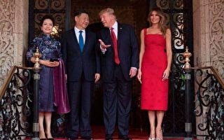 4月6日晚国宴,梅兰妮亚身亮眼红色过膝露肩洋装;彭丽媛则以中式改良旗袍亮相。(JIM WATSON/AFP/Getty Images)
