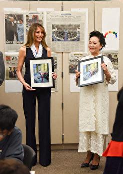 4月7日,到访棕榈滩艺术中学,彭丽媛米白装扮沉稳,梅兰妮雅黑色裤装则较显俐落、活泼。(MICHELE EVE SANDBERG/AFP/Getty Images)