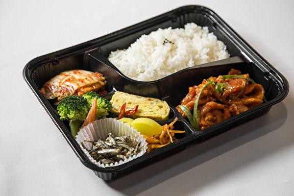 辣豬肉午餐盒飯。 (Samira Bouaou/Epoch TImes)