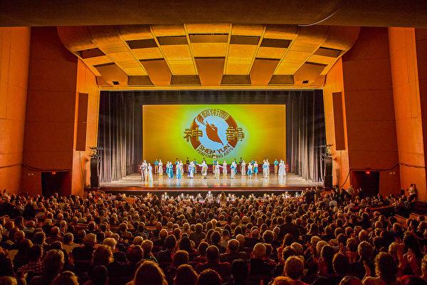 4月12日,神韵北美艺术团来到美国中部内布拉斯加州林肯市艺术歌曲演艺中心演出,令全场1300多名观众陶醉。(陈虎/大纪元)