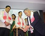 驻印度代表田中光(右1)28、29日应邀在阿萨姆省出席绿金竹子论坛,并与阿萨姆省长索诺渥(左2)一起为论坛进行点灯祈福仪式。(驻印度代表处提供)
