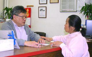 麥美青的媽媽李女士20日下午到中華公所求助,擔心女兒發生意外。  (中華公所提供)