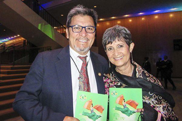 Fernando Heredia与太太 Regina Heredia 观看了神韵国际艺术团在大洛杉矶地区长滩市会展娱乐中心露台剧院的第三场演出。(李清怡/大纪元)