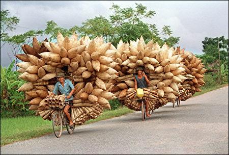 學者認為,政府的新南向政策,應從「心」出發,才能突顯新的價值。圖為越南漁民騎著自行車滿載捕魚的竹製魚簍。(AFP)