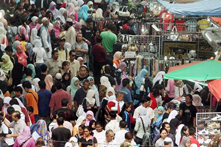 未來東協國家的中產階級將大幅成長,消費力龐大。分析指出,台商應從以往的外銷導向,轉為重視當地內需市場。(AFP)