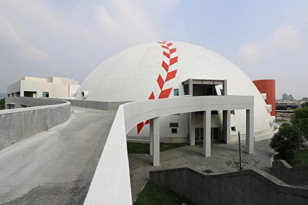 台中洲際棒球場旁的「迷你蛋」多功能運動中心,預計今年6月底前啟用。(台中市政府提供)
