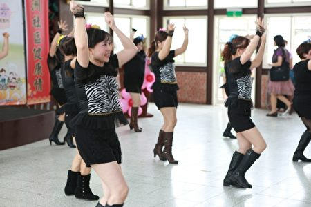 大洲社區韻律舞班的表演。(曾漢東/大紀元)