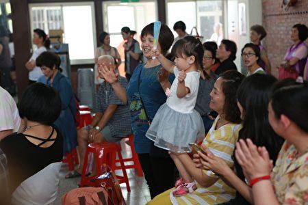 宜蘭縣「老來寶健康促進家園站」大洲站揭牌活動,觀眾正在看表演。(曾漢東/大紀元)