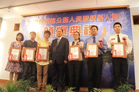 绩优人员1组颁奖。(郭千华/大纪元)