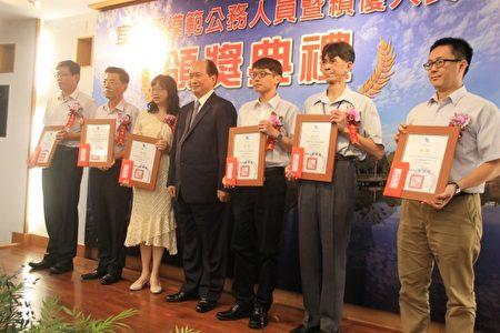 绩优人员2组颁奖。(郭千华/大纪元)