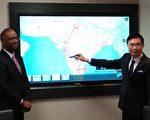 貿協董事長黃志芳(右)在電子螢幕上解說貿協在印度的布局。(郭曜榮/大紀元)