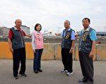 市議員陳淑華(左2)會同在地里長,希望環中路銜接中科路的陸橋,可以早日完工,紓解龐大車潮。(黃玉燕/大紀元)