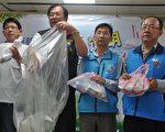 花蓮縣環保局長饒忠(左2)等人宣導使用半透明垃圾袋為減輕垃圾載運量。(詹亦菱/大紀元)