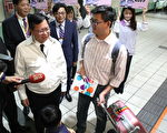 """桃园市长郑文灿(左)希望让中南部旅客""""早上要出国,早上再出门""""。(桃市府/提供)"""