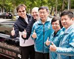 """台北市长柯文哲(中)28日试乘世大运贵宾专用车BMW7系列后,笑说""""这只能羡慕,因为这种车很贵,我们买不起。""""(陈柏州/大纪元)"""