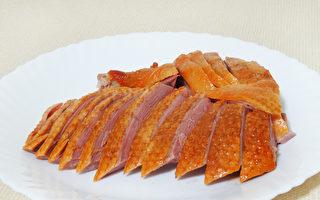 色澤金黃、香醇肉嫩的無為燻鴨是安徽省無為縣的特色美食。(攝影:彩霞/大紀元)