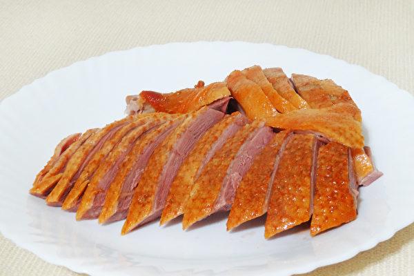 色泽金黄、香醇肉嫩的无为熏鸭是安徽省无为县的特色美食。(摄影:彩霞/大纪元)