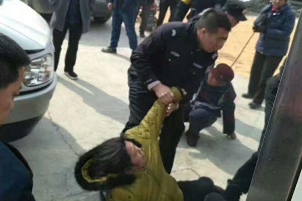 黑龍江特警毆打村民。(知情人提供)