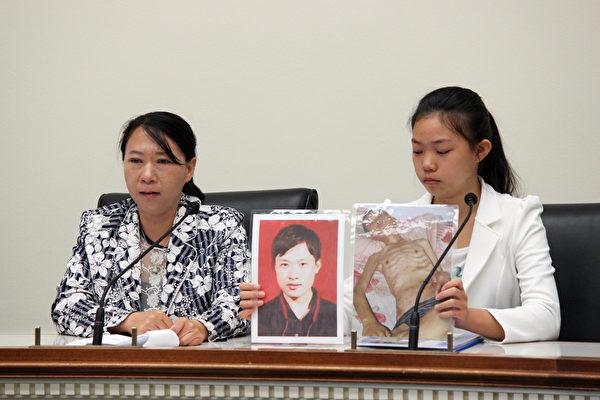 遲麗華(左)和女兒徐鑫洋(右)展示丈夫徐大為入獄前後的對比照片。(石青雲/大紀元)